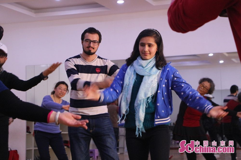 Foreigners learn square dancing following the dance sqaud of Lyuyuan Community. Recently, six foreigners, at the invitation of &amp;ldquo;Touch Shandong&amp;rdquo; column, went to Lyuyuan Community in Jinan to get a glimpse of Shandong&amp;rsquo;s cultural construction in community.<br/>
