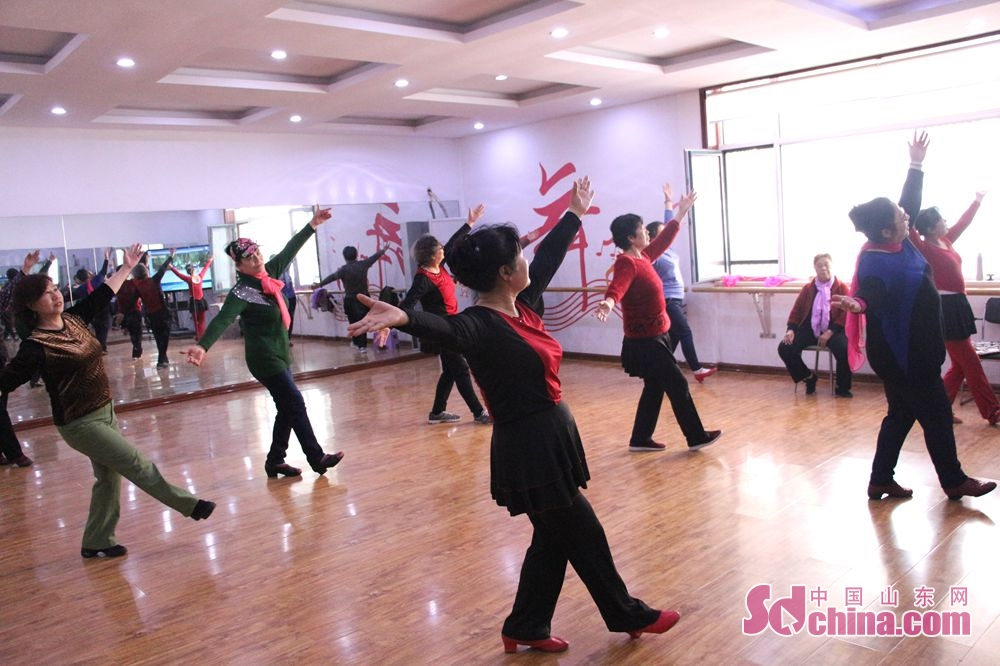 The elderly dancers of Lyuyuan Community make a rehearsal in dance room. Recently, six foreigners, at the invitation of &amp;ldquo;Touch Shandong&amp;rdquo; column, went to Lyuyuan Community in Jinan to get a glimpse of Shandong&amp;rsquo;s cultural construction in community.<br/>