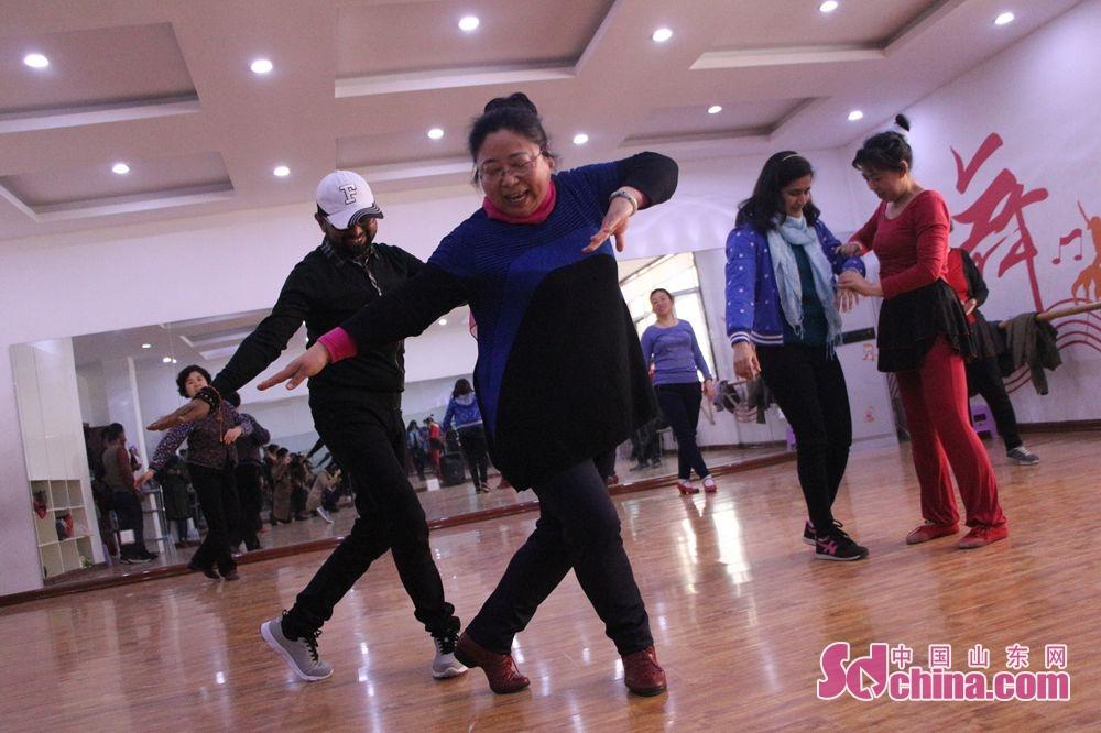 「まずは左足を動かし、次は右足、体の向きを変え、腕を」とダンスグループの皆さんは動作を教えた。<br/>