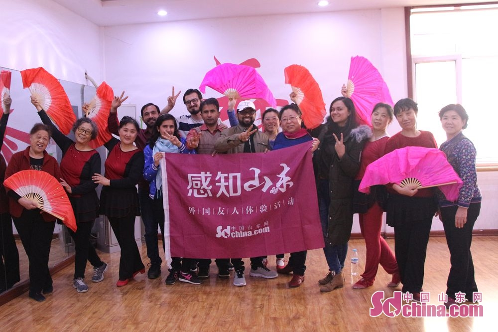 """Foreigners and dancers pose for a group photo after the activity. Recently, six foreigners, at the invitation of """"Touch Shandong"""" column, went to Lyuyuan Community in Jinan to get a glimpse of Shandong's cultural construction in community."""