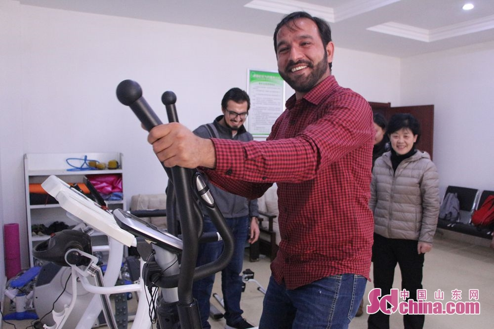 A foreigner uses the fitness equipment in Lyuyuan Community. Recently, six foreigners, at the invitation of &amp;ldquo;Touch Shandong&amp;rdquo; column, went to Lyuyuan Community in Jinan to get a glimpse of Shandong&amp;rsquo;s cultural construction in community.<br/>
