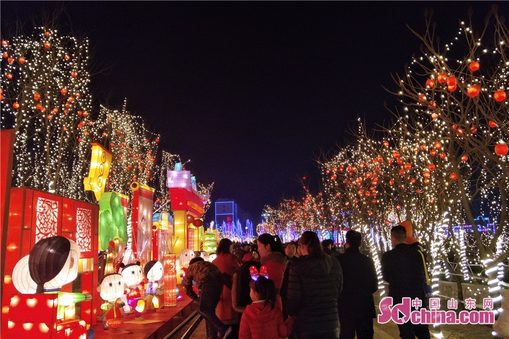 <br/>  2018峡山第三届迎春灯会以中国传统的民俗文化与当地特色文化、时尚元素相融合,巧妙运用声、光、电、气、动的创新理念,使古老的彩灯艺术焕发出青春的熠熠光芒。<br/>
