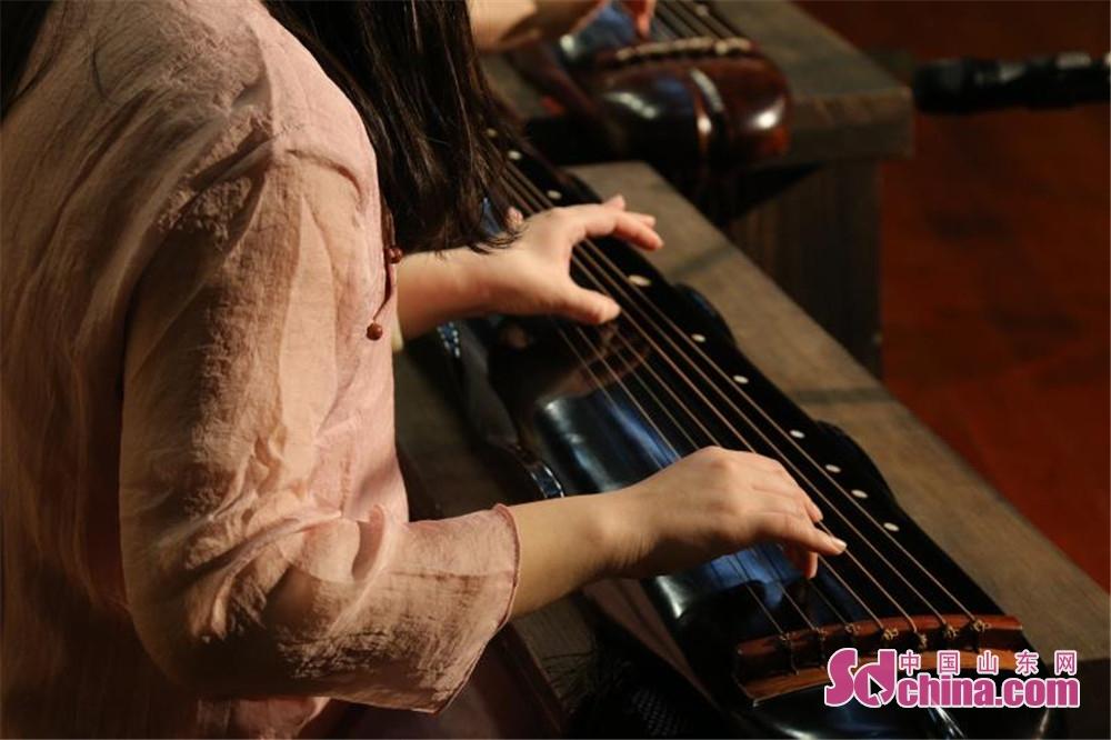 <br/>  在中国传统文化中,古琴是最古老的弹拨乐器,是国乐之精粹,对古人来说,它不但是乐器,也是抒怀寄情之物。