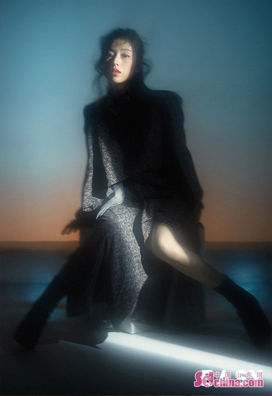 <br/>  近日,周雨彤曝光了一组概念写真大片。镜头中,她上身穿着白色字母衬衫,下身搭配长裙以及深色高跟靴,荷叶边腰封加以点缀混搭有型。或穿着宫廷风连衣长裙,在朦胧光影中尽显柔美线条。周雨彤亲身示范当下流行的&amp;ldquo;眉上刘海&amp;rdquo;,配上淡雅自然的妆容,复古中凸显高级感,个人风格一览无余。<br/>