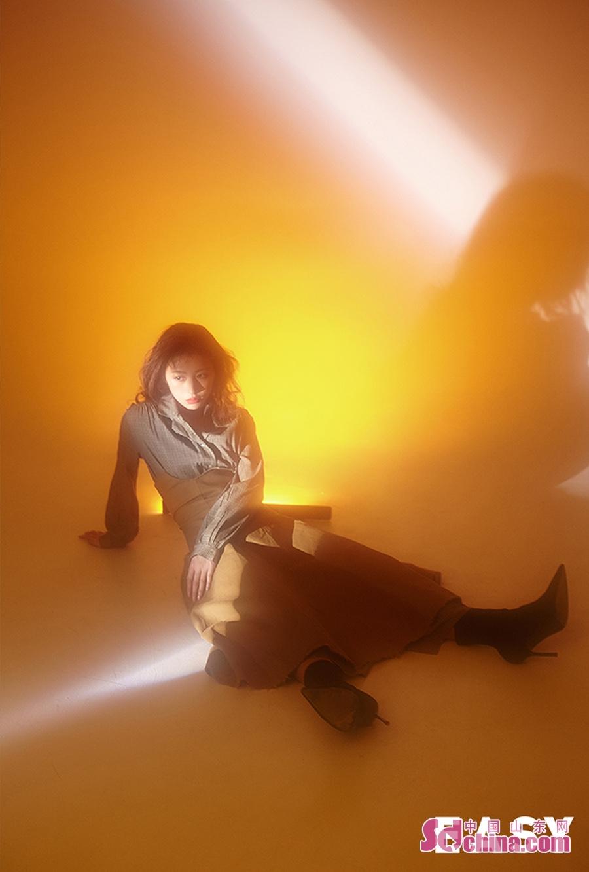 <br/>  近日,周雨彤曝光了一组概念写真大片。镜头中,她上身穿着白色字母衬衫,下身搭配长裙以及深色高跟靴,荷叶边腰封加以点缀混搭有型。或穿着宫廷风连衣长裙,在朦胧光影中尽显柔美线条。周雨彤亲身示范当下流行的&amp;ldquo;眉上刘海&amp;rdquo;,配上淡雅自然的妆容,复古中凸显高级感,个人风格一览无余。