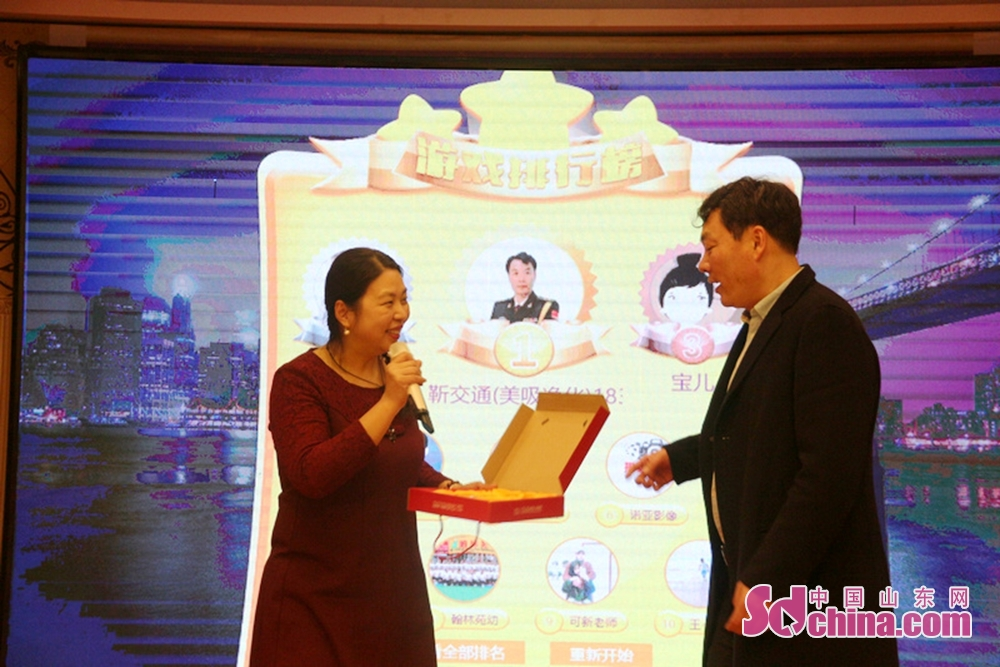 <br/>  聊城农商银行电大路支行行长江敏(左)为嘉宾颁奖。