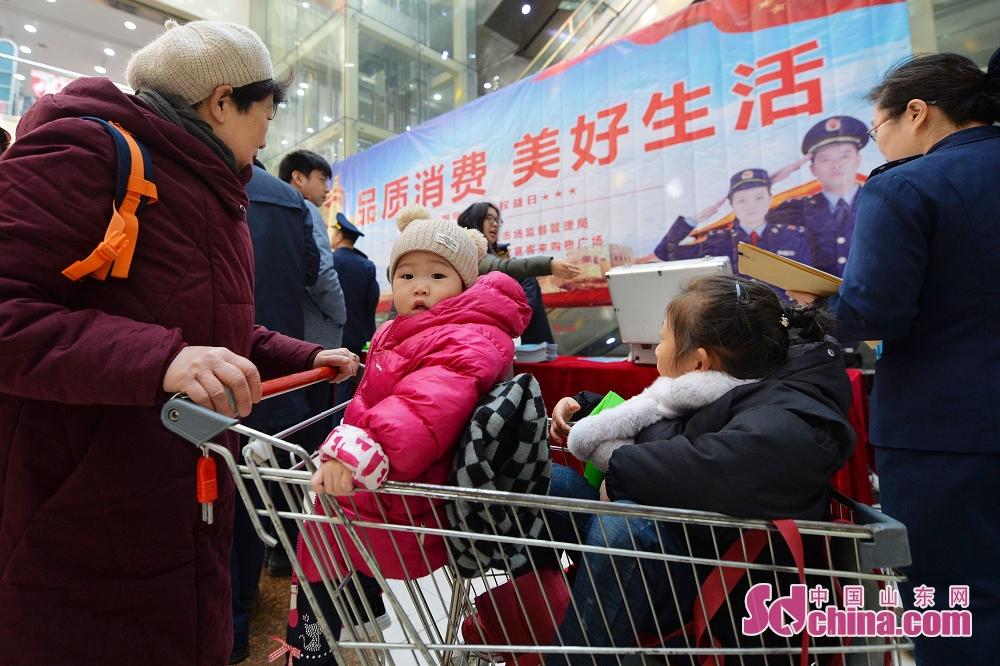 <br/>  市民在青岛市一家商场参与消费维权活动。<br/>