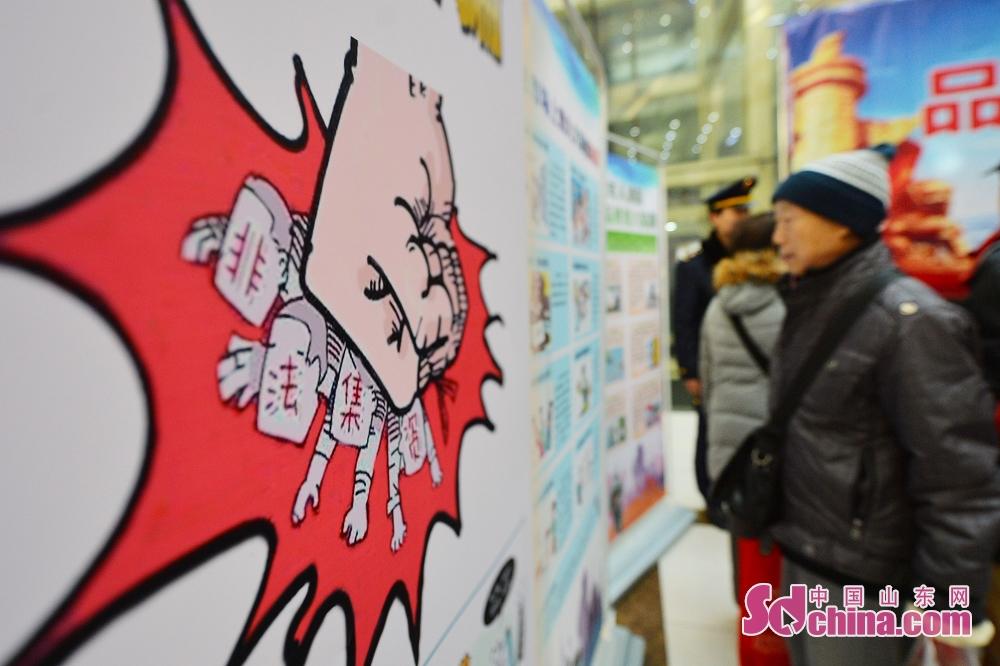 <br/>  市民参观消费维权宣传展板。