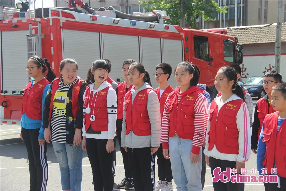 <br/>  一位在现场的学生家长告诉中国山东网记者,&amp;ldquo;现在的孩子在家里都是暖宝宝,比较宠溺,孩子自身素质差,经过军训让孩子体会了一把军人严格的作风,锻炼了孩子的毅意志,对孩子成长非常有意义。&amp;rdquo;