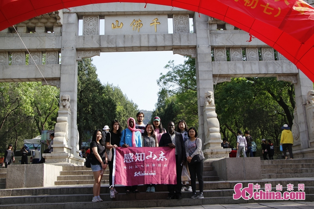 Foreigners pose for a group photo after the activity. Recently, seven foreigners paid a visit to Qianfoshan temple fair to get a close look at Chinese temple-fair culture in Jinan, east China's Shandong Province.