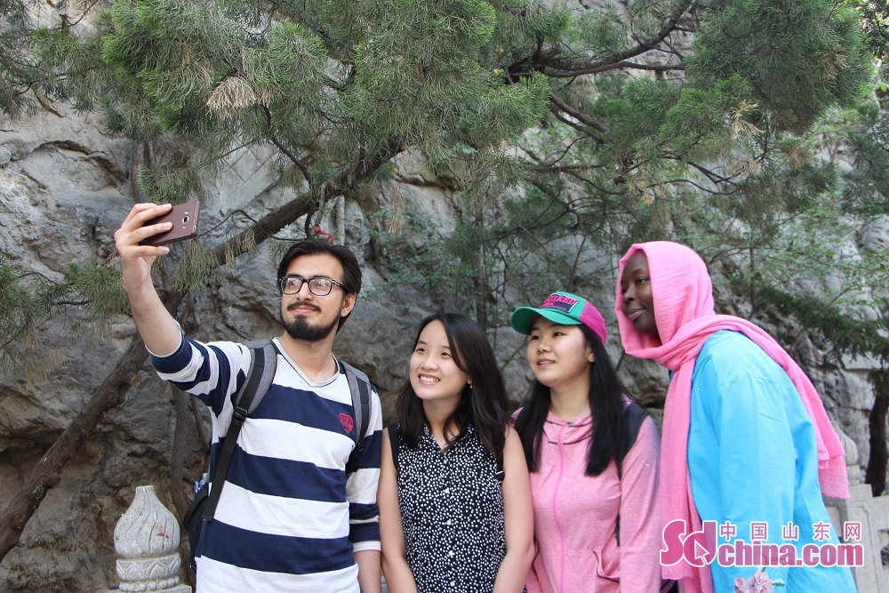 Foreigners take photos in the temple fair. Recently, seven foreigners paid a visit to Qianfoshan temple fair to get a close look at Chinese temple-fair culture in Jinan, east China&amp;rsquo;s Shandong Province.<br/>