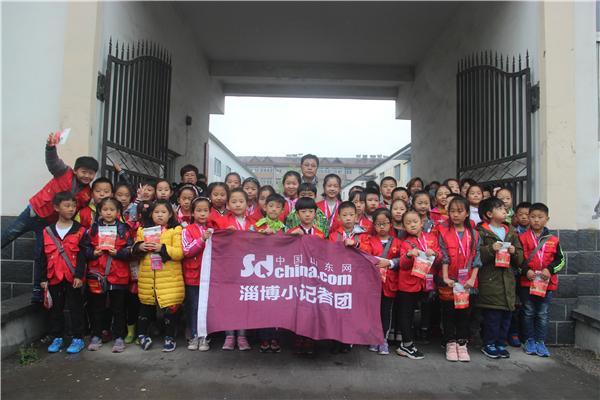 """中国山东网小记者变身""""小小工人""""体验一线工人工作"""