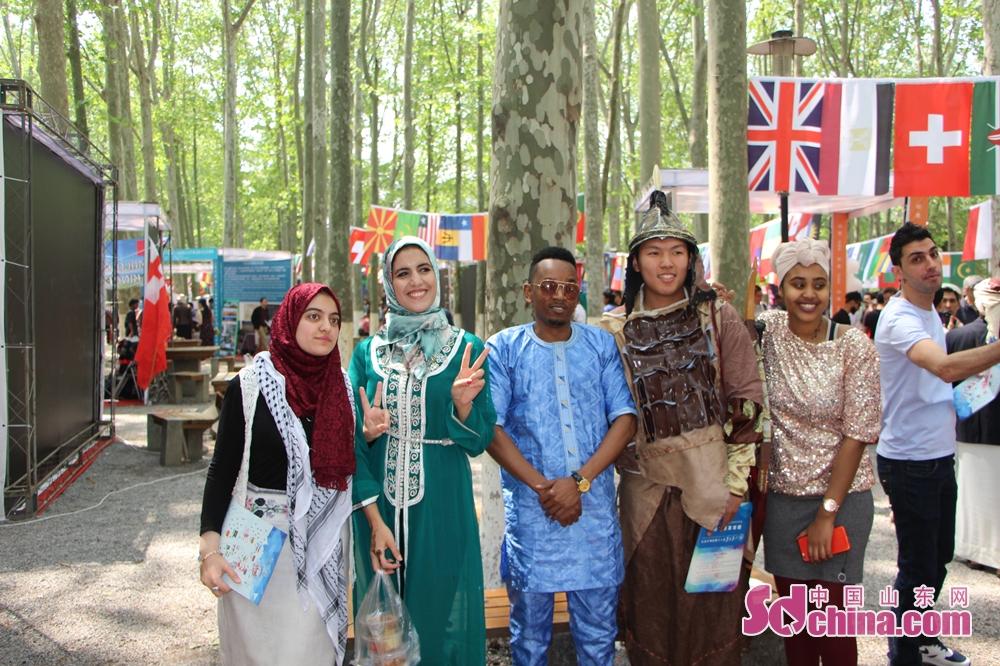 各国の学生は集まっている。<br/>  中国山東網