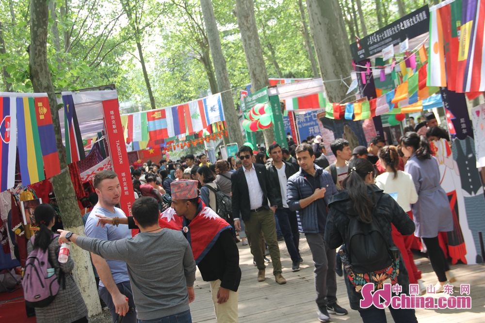 Vistors are seen in the international culture exhibition at the17th SDU International Culture Festival. The 17th SDU International Culture Festival kicked off on April 24 in Shandong University in Jinan, east China's Shandong Province.<br/>