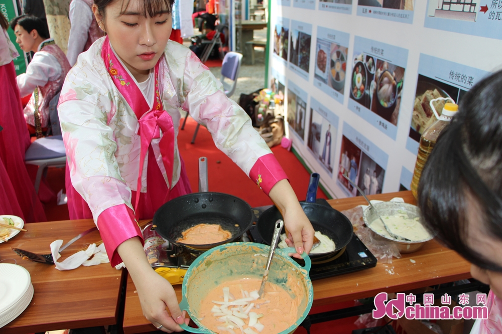 A Korean student makes Kimchi pancake. The 17th SDU International Culture Festival kicked off on April 24 in Shandong University in Jinan, east China's Shandong Province.<br/>