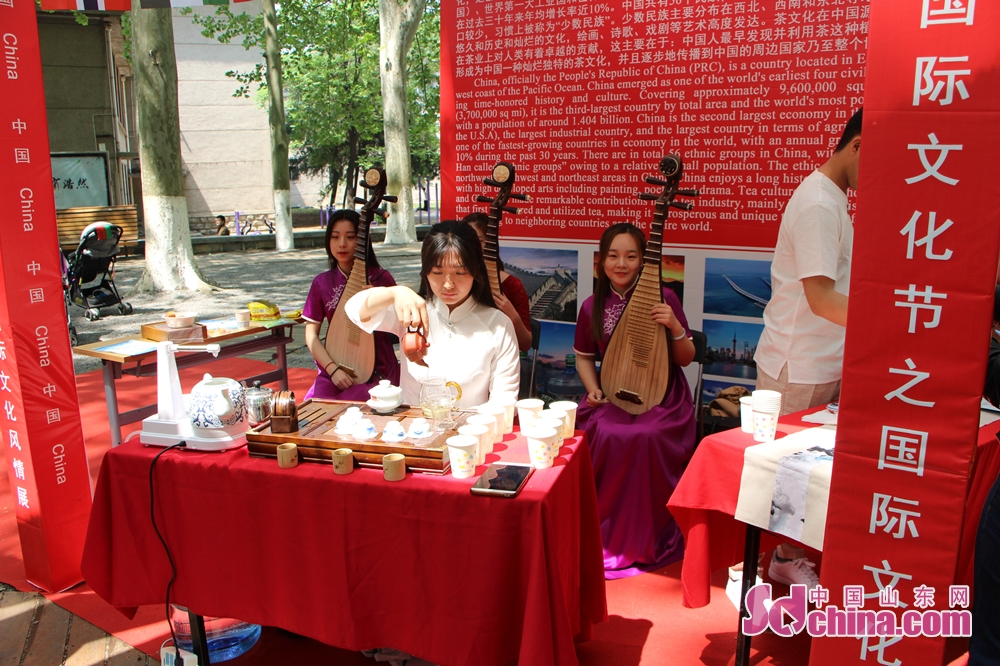 A student displays Chinese tea culture. The 17th SDU International Culture Festival kicked off on April 24 in Shandong University in Jinan, east China's Shandong Province.<br/>