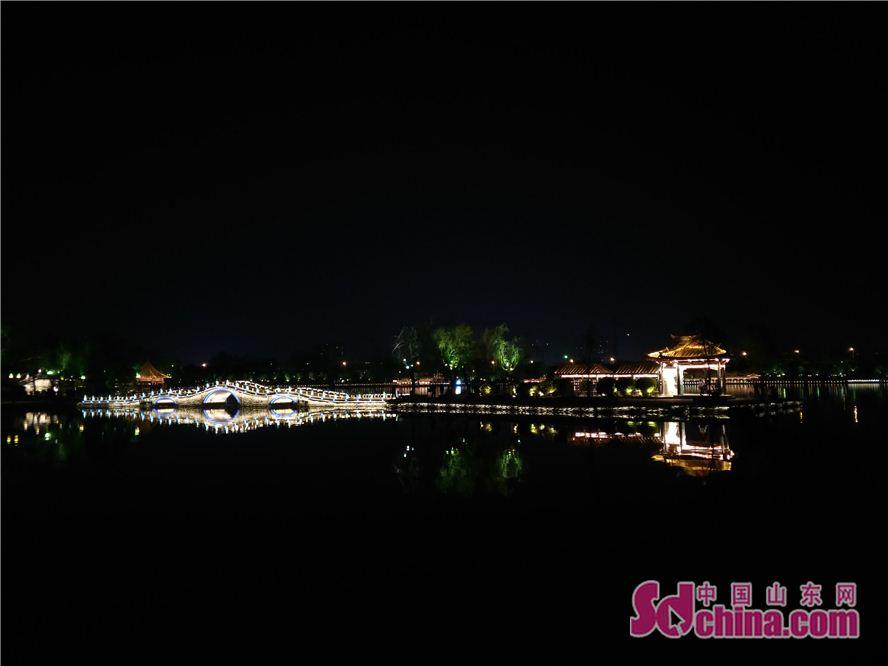大明湖の夜景は美しい。<br/>