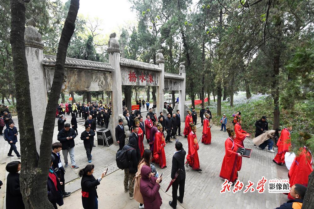 <br/>    &ldquo;家祭是维系家族联系的重要方式之一&rdquo;,孔垂长表示,来自世界各地的孔子后裔共同到祖茔祭祀先祖,既传承弘扬孔子思想、凝聚家族力量,又增强了民族认同感,传播了中国优秀传统文化。<br/>