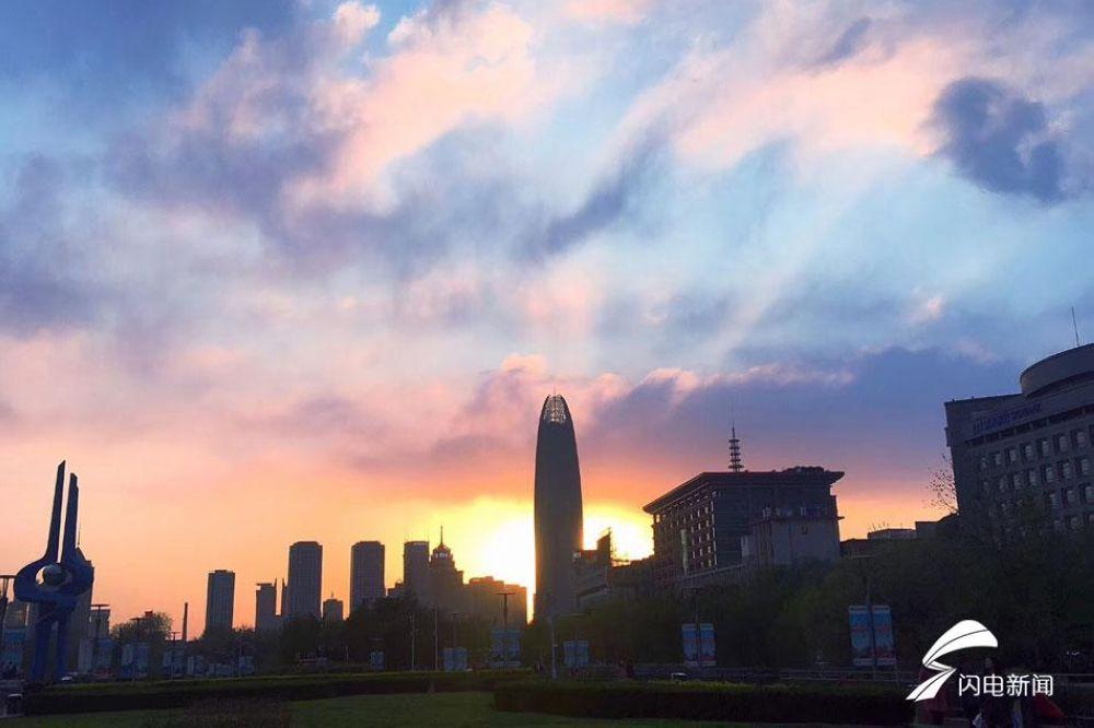 喧嚣的城市逐渐在夜幕降临之前归于了安宁,看起来是那么美好。<br/>