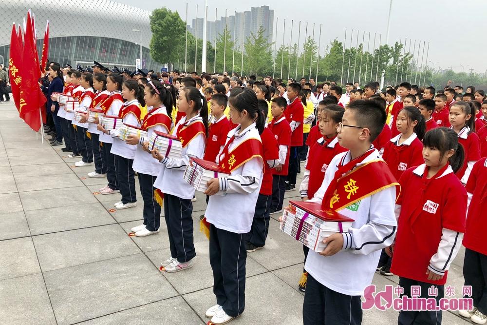 <br/>  本次活动由山东省和潍坊市综治委铁路护路联防办公室、中国铁路济南局集团有限公司联合主办,潍坊市社会各界群众、学生、护路队员近300人参加启动仪式。<br/>