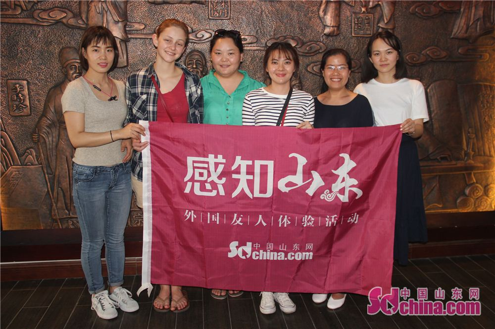Foreigners pose for a group photo in Taijingtang in Jinan, east China's Shandong Province. Four foreign students, studying in Shandong Normal University, went to Taijingtang in Kuanhouli in Jinan to learn TCM therapies recently.