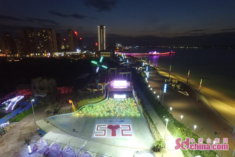 随后在37度梦幻海灯光嘉年华的绚丽灯光中,美小护们与众多的游客共同参与到护士节专属红包墙的活动当中,继续分享爱的誓言。