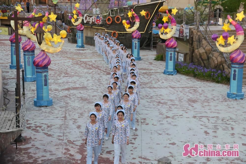 """护士节来临之际,37度梦幻海水乐园携手爱康国宾体检中心近百名护士带着对生命的爱,共同参与""""点亮一片海,关爱一座城""""护士节特别活动。"""