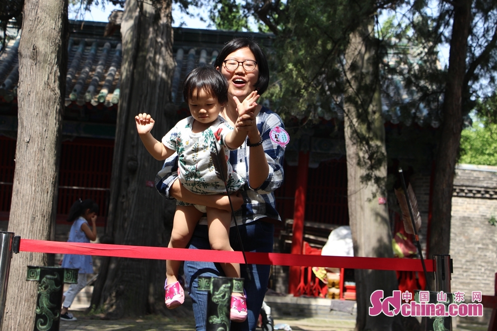 <br/>  母亲手把手教女儿练习投壶。<br/>