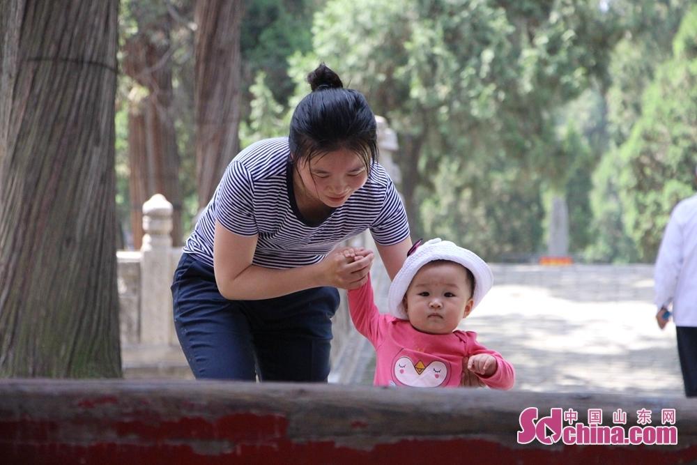 <br/>  孩子别怕,妈妈扶你跨过这道坎。<br/>