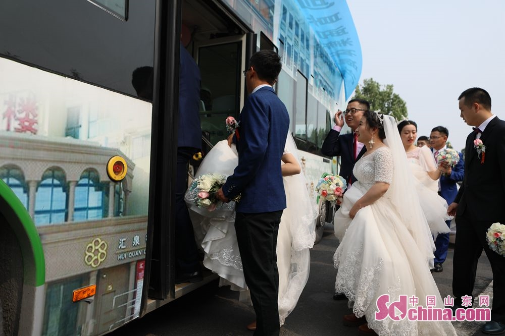 New couples get in the wedding bus in Jinan, capital of east China&amp;rsquo;s Shandong Province. Recently, six couples of the Second Construction Limited Company of CCEED, taking bus as wedding cars, joined a group wedding ceremony here.<br/>