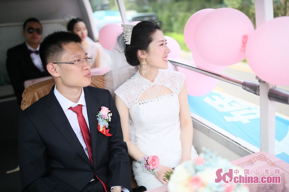 A couple is seen in the wedding bus in Jinan, capital of east China&amp;rsquo;s Shandong Province. Recently, six couples of the Second Construction Limited Company of CCEED, taking bus as wedding cars, joined a group wedding ceremony here.<br/>