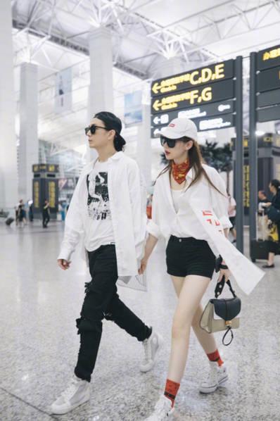 <br/>  戚薇、李承铉机场各种凹造型。<br/>