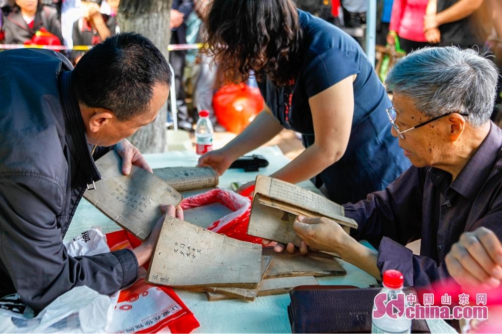 <br/>   省文物局精心组织的公益性文物鉴定活动也在山东博物馆南广场举行。