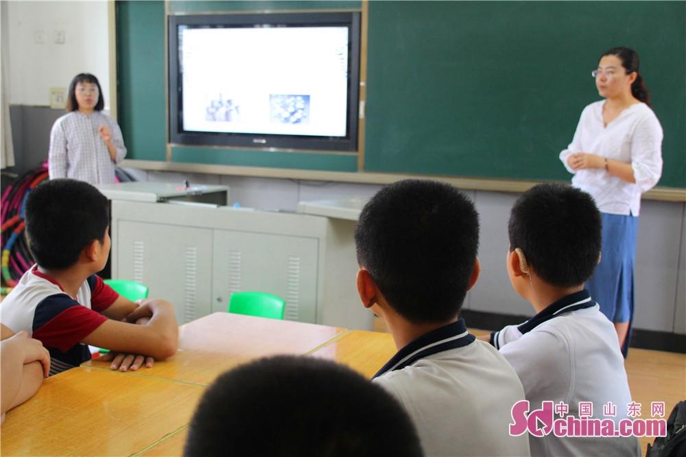 山東省少年児童図書館の「2018障害者援助文化行」活動は正式にスタートした。同活動は済南特殊教育センターに来て、図書流通駅を建立し、障害者を援助する文化活動を展開した。<br/>