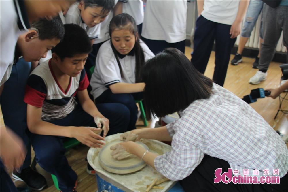 これから、山東省少年児童図書館の「障害者援助文化行」活動は、引き続き聾唖児童、自閉症児童を訪れ、もっと多くの文化サービス活動を行って、子供たちもっと関心と愛を感じさせる。<br/>         中国山東網