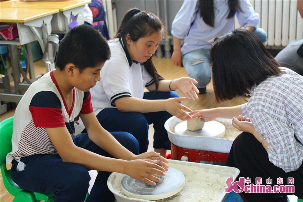 山東省少児館は700冊の図書を選んで、特殊教育センターへ贈りして、また子供たちに陶芸の体験活動をもたらした。<br/>