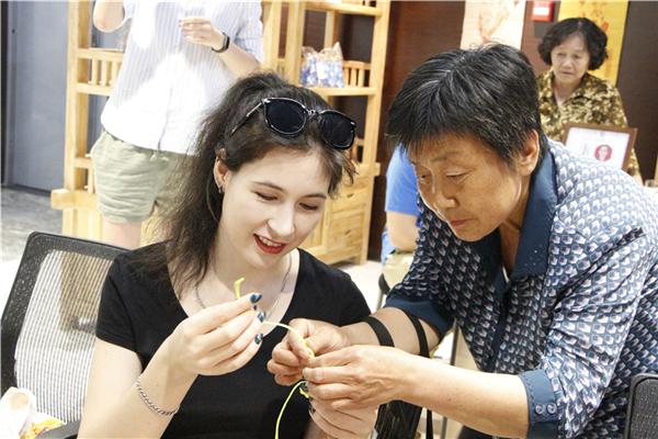 品茶香 赏佳作 外国友人零距离感受中国传统手工文化