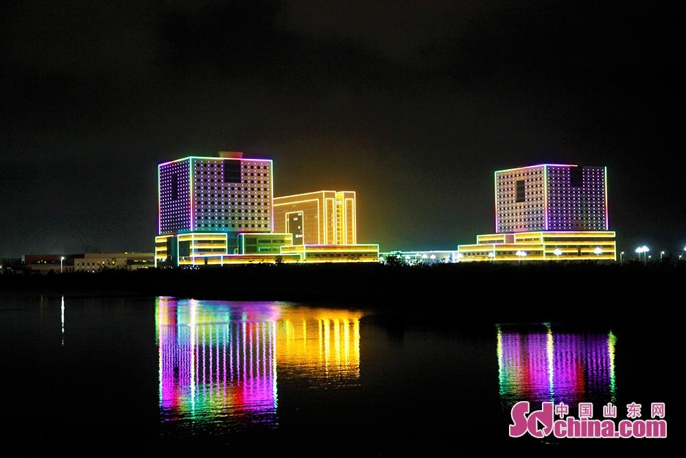 <br/>  夜幕降临,华灯初上。在夜色中盛放的威海南海新区,流光溢彩,五光十色,美得一塌糊涂,越来越沁入人心。<br/>