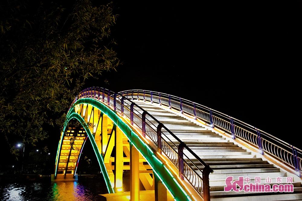 <br/>  璀璨的城市夜景,给予一个城市以魂魄。夜色中的威海南海新区,如同其璀璨夜景一样光芒耀眼,这座新城的未来将越来越绚丽繁华。