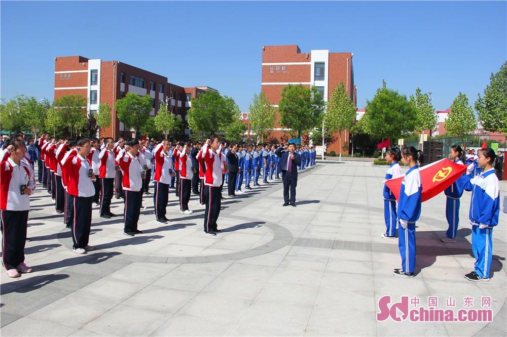 <br/>  区二中团委书记王斌带领全体团员庄严宣誓。(摄影 隋涛)<br/>