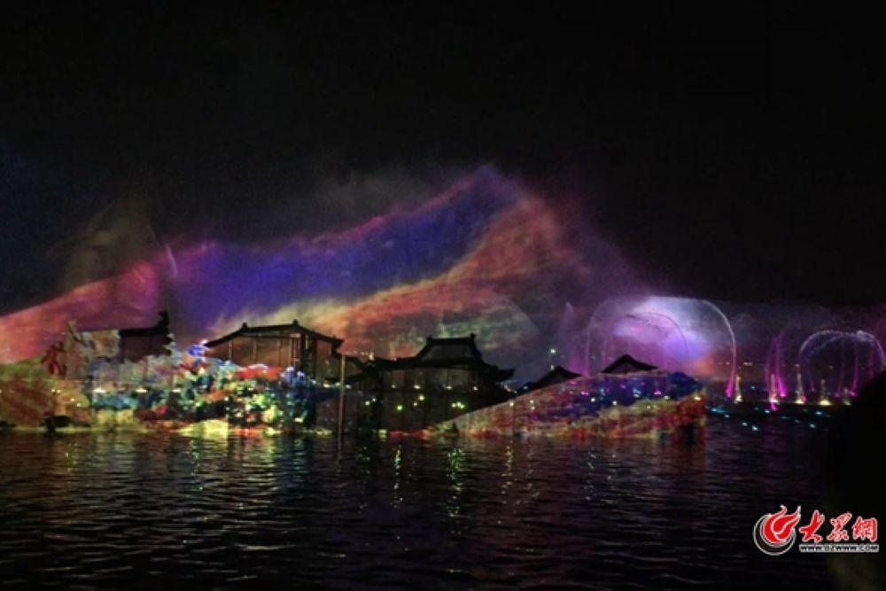 <br/>  6日20:45分,预热已久的明湖秀在济南大明湖北岸正式开演。绚丽多彩的灯光和美景从波光粼粼的湖面上奔涌而出,喷泉、月屏、浮台在夜色中交相辉映,一幕幕场景随着音乐起舞,伴随着北岸观众席上阵阵喝彩和欢呼,明湖秀一经亮相,惊艳了整个泉城的夜晚。&amp;ldquo;以泉为形、以泉为景、以泉为魂&amp;rdquo;的明湖秀,让泉城济南从历史走向未来。<br/>