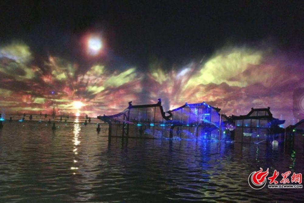 &amp;ldquo;明湖秀&amp;rdquo;表演区位于临近大明湖北岸的水面,利用表演大船、水景喷泉、防水月屏、荷形浮台、联动岛屿、联动景观等载体进行表演。水秀故事创意按照&amp;ldquo;以泉为形、以泉为景、以泉为魂&amp;rdquo;和&amp;ldquo;从历史走向未来&amp;rdquo;双线并进的线索,分为四个篇章。<br/>