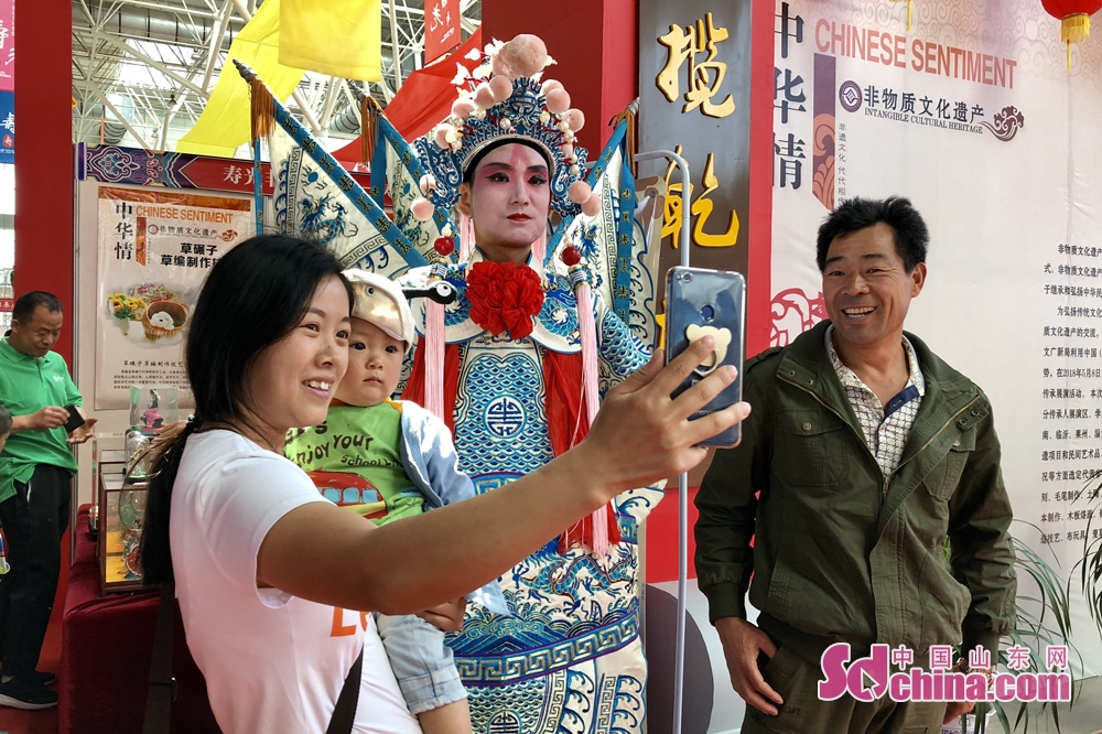 Visitors take photo at the Sixth Shouguang Cultural Industries Fair on May 8 in Shouguang City, Shandong Province. Shouguang Cultural Industries Fair, with the theme of &amp;ldquo;be confident in our culture and construct noted cultural city&amp;rdquo;, covers a total area of 1,100 meters and sets up 80 exhibition booths. (sdchina.com/Han Beibei)<br/>