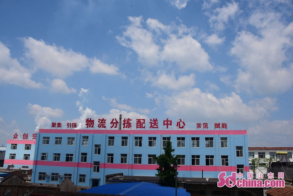 <br/>  2018年5月2日,山东省茌平县迎来蓝天白云,把全国百强工业强县茌平县城,装扮的异常美丽,市民们纷纷走上户外用手机留下这一美景。