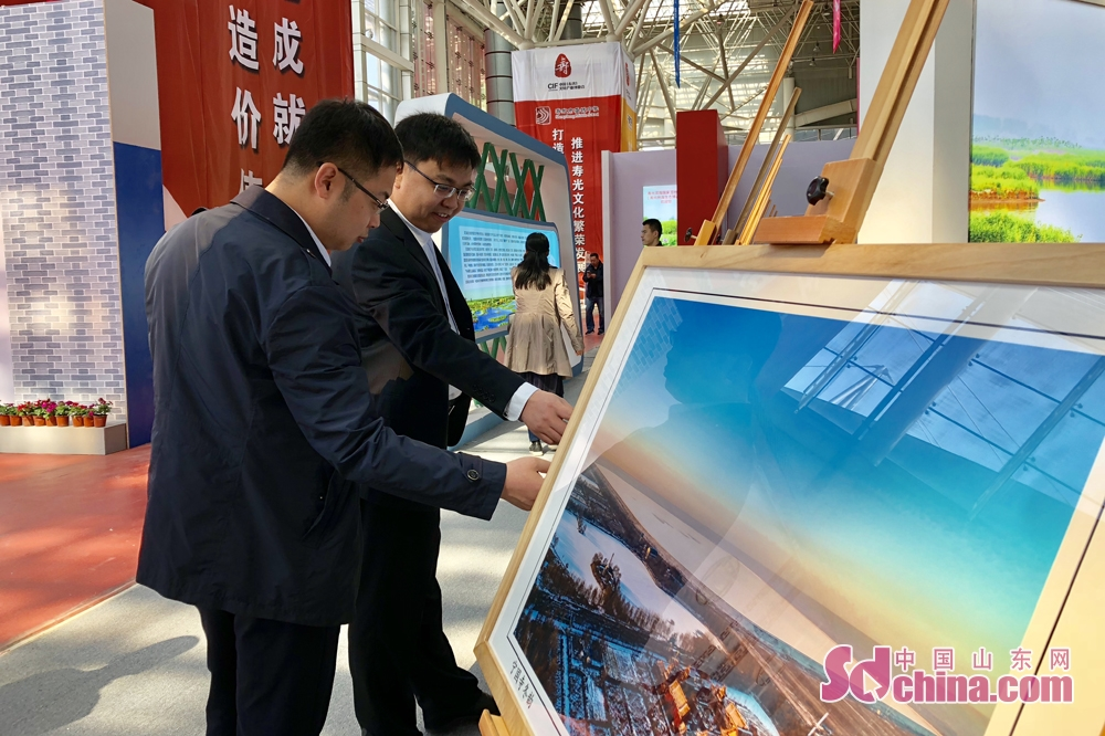 Visitors appreciate pictures at the Sixth Shouguang Cultural Industries Fair on May 8 in Shouguang City, Shandong Province. Shouguang Cultural Industries Fair, with the theme of &amp;ldquo;be confident in our culture and construct noted cultural city&amp;rdquo;, covers a total area of 1,100 meters and sets up 80 exhibition booths. (sdchina.com/Han Beibei)<br/>