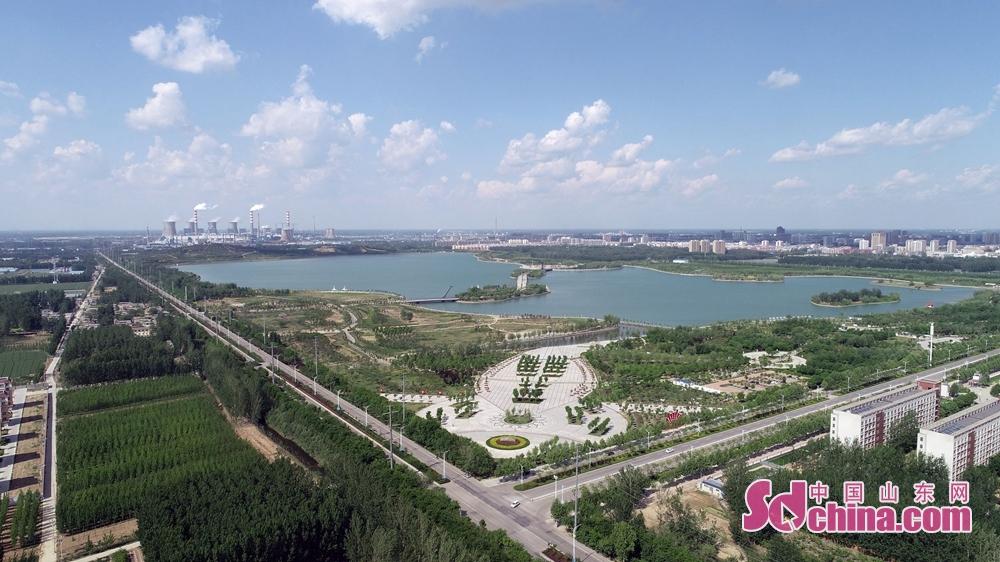 <br/>  2018年5月2日,山东省茌平县迎来蓝天白云,把全国百强工业强县茌平县城,装扮的异常美丽,市民们纷纷走上户外用手机留下这一美景。<br/>
