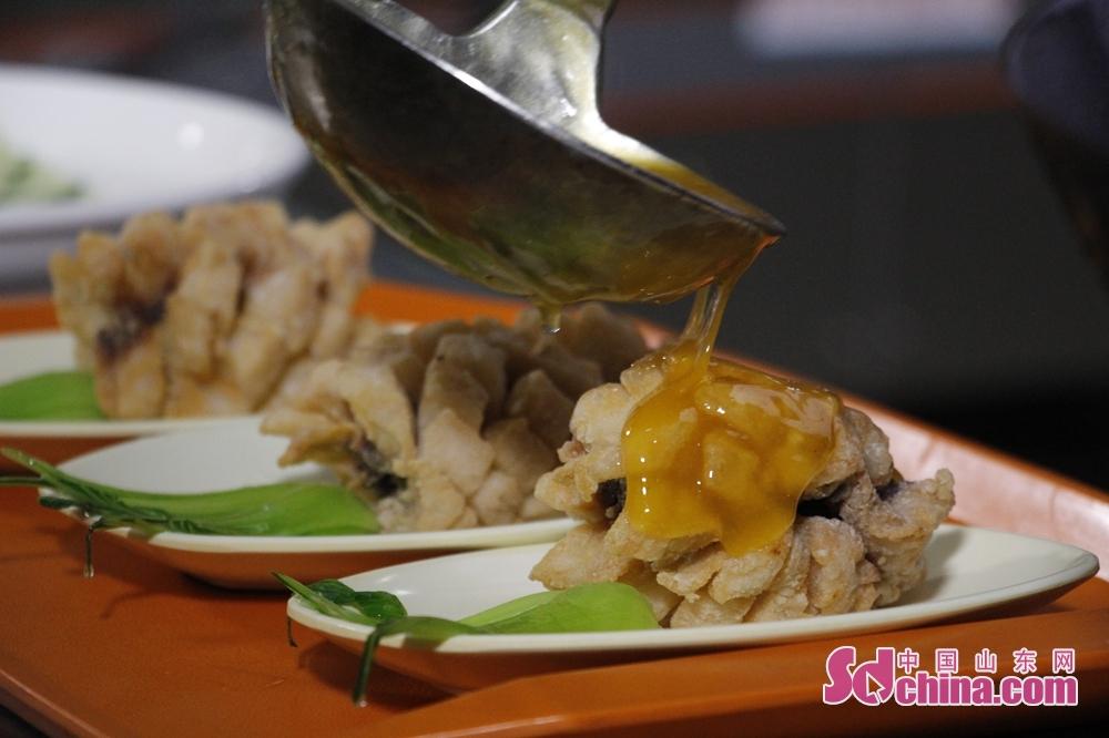 <br/>马师傅炒完一盘酸辣土豆丝又做了一份蜜橙菠萝鱼。
