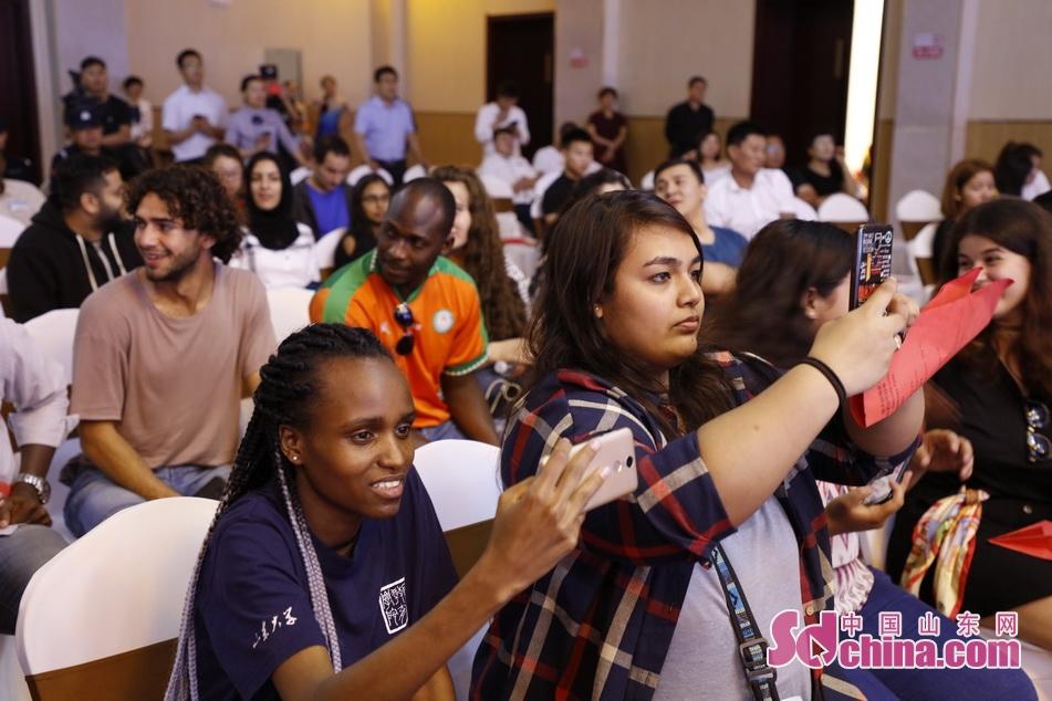 丰富多彩的演出让留学生们纷纷拿起手机记录精彩的瞬间。<br/>