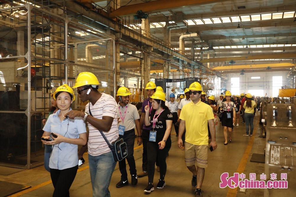 現代的な作業プロセス、技術力の高い工場、科学的な管理システムは留学生に深い印象を残した。<br/>