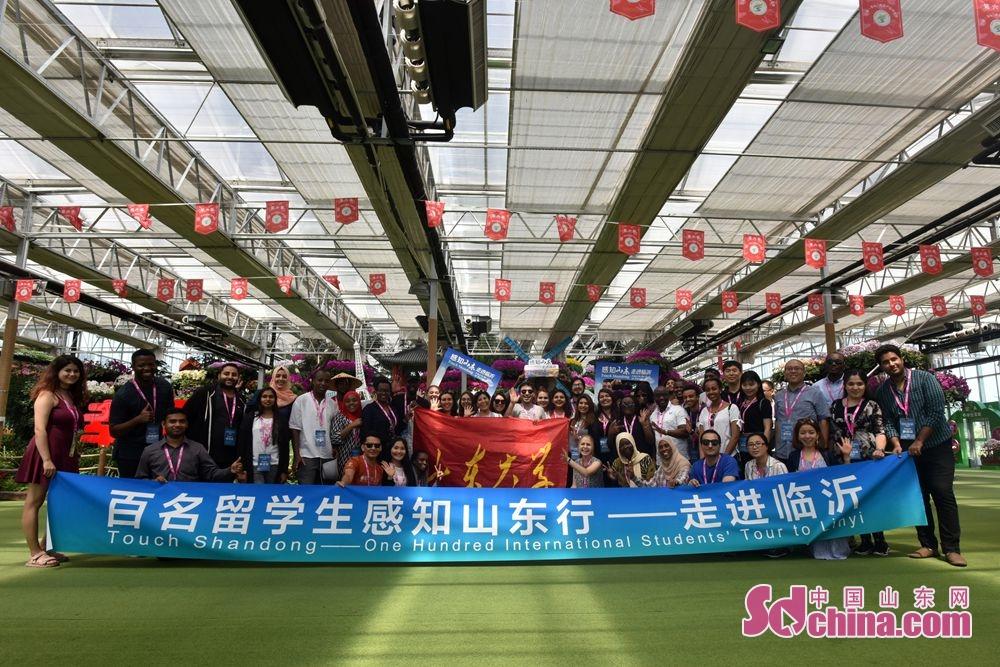 14日午前、「百人の留学生が山東を感知する旅&amp;mdash;臨沂に迫る」活動は蘭陵国家農業公園と代村コミュニティを訪れた。<br/>